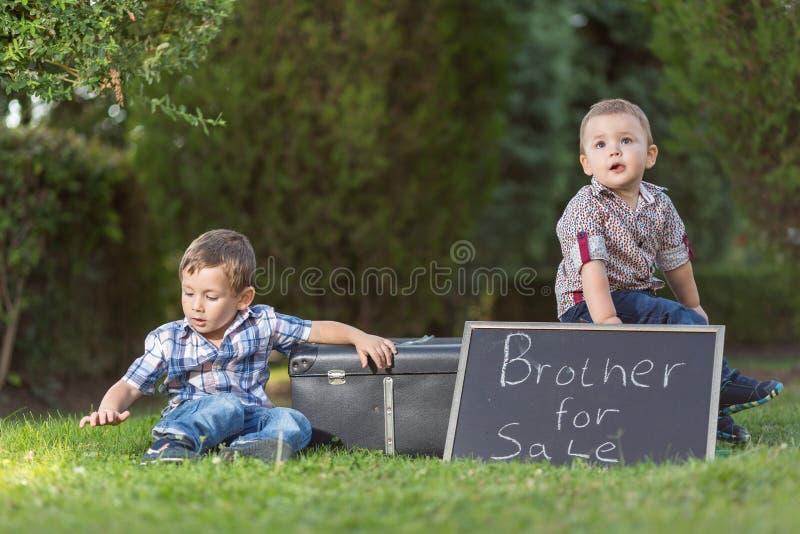 Το παιδί πωλεί τον αδελφό σας στοκ εικόνα