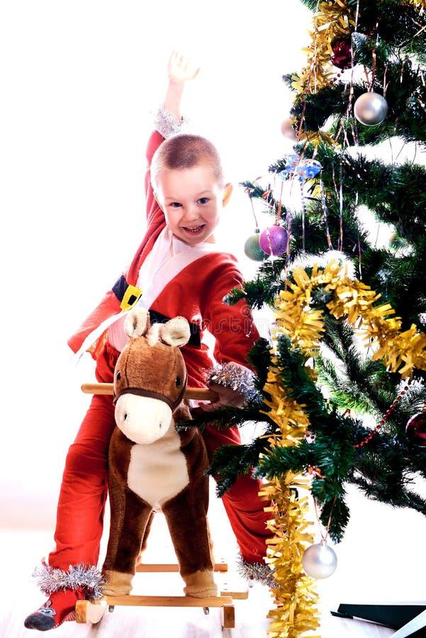 Το παιδί σε ένα κοστούμι του στοιχειού Χριστουγέννων στοκ εικόνα με δικαίωμα ελεύθερης χρήσης