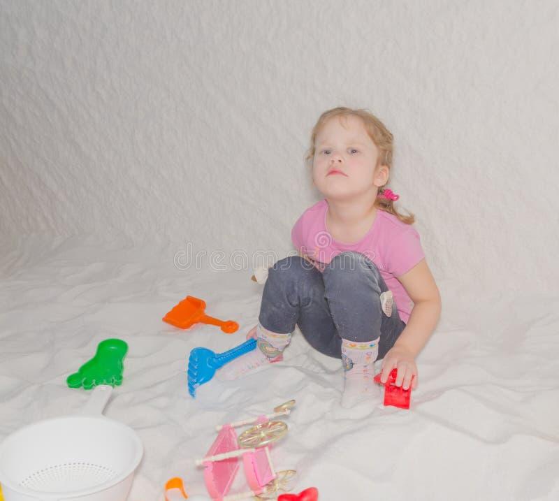 Το παιδί στην αλατισμένη σπηλιά παίζει, πρόληψη του κοινού κρύου στοκ εικόνα με δικαίωμα ελεύθερης χρήσης