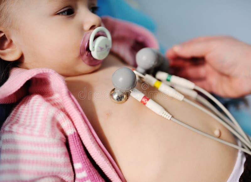 Το παιδί στην κλινική κάνει ένα ηλεκτροκαρδιογράφημα στοκ εικόνες