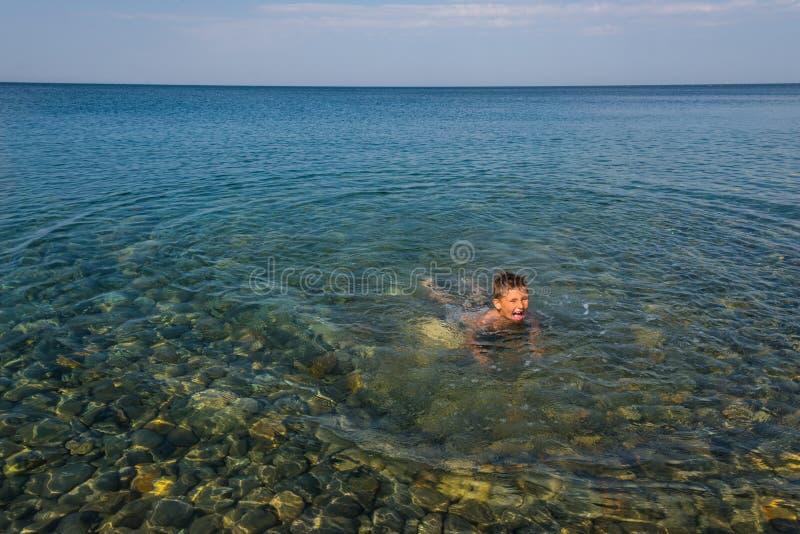 Το παιδί στη θάλασσα στοκ φωτογραφία με δικαίωμα ελεύθερης χρήσης