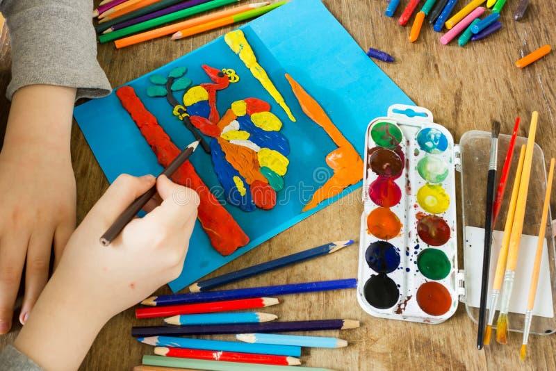 Το παιδί συμμετέχει στη δημιουργικότητα στοκ εικόνες