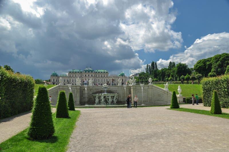 Το παλάτι πανοραμικών πυργίσκων με το πάρκο του στη Βιέννη, Αυστρία στοκ εικόνα