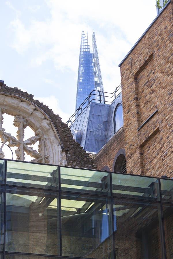 Το παλάτι του Winchester, αυξήθηκε παράθυρο, ο ουρανοξύστης Shard στο υπόβαθρο, Λονδίνο, Ηνωμένο Βασίλειο στοκ φωτογραφία με δικαίωμα ελεύθερης χρήσης