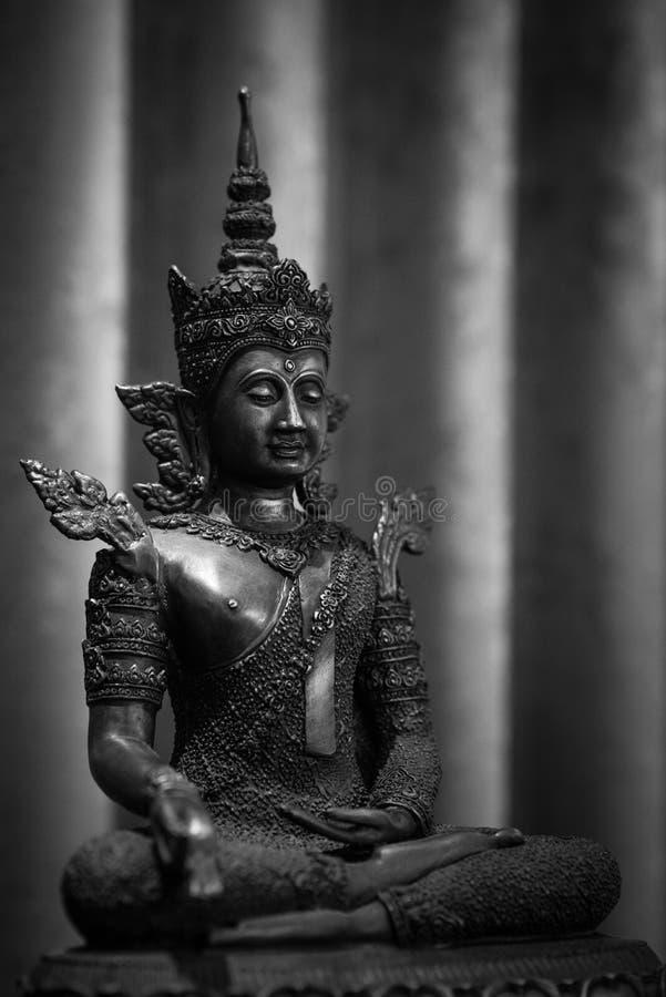 Το παλαιό άγαλμα του Βούδα στον κλασικό τόνο στοκ εικόνα με δικαίωμα ελεύθερης χρήσης