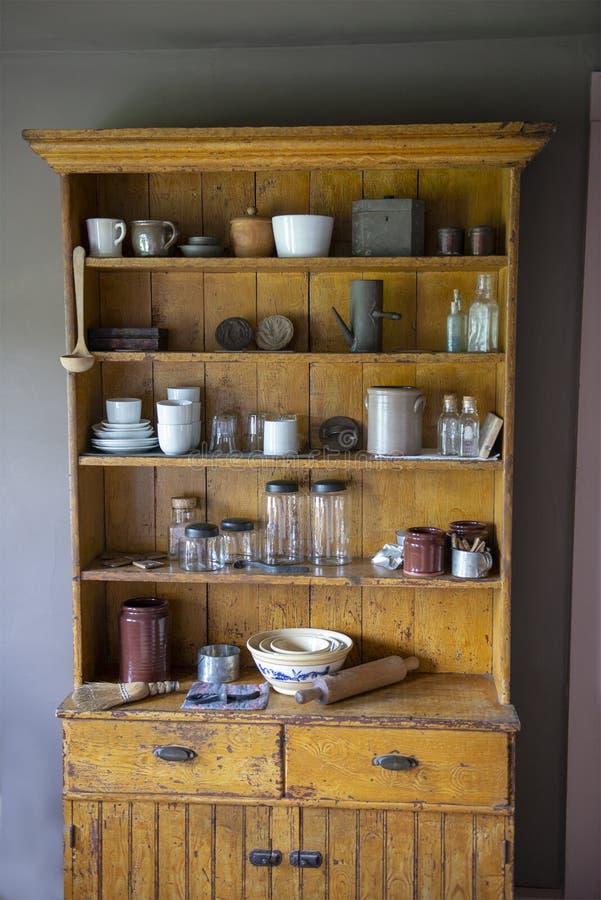 Το παλαιό εκλεκτής ποιότητας αγροτικό οψοφυλάκιο κουζινών, καλλιεργεί αναδρομικό στοκ φωτογραφίες με δικαίωμα ελεύθερης χρήσης
