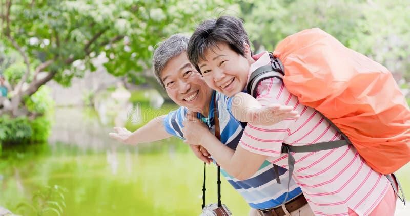 Το παλαιό ζεύγος πηγαίνει ταξίδι στοκ φωτογραφίες