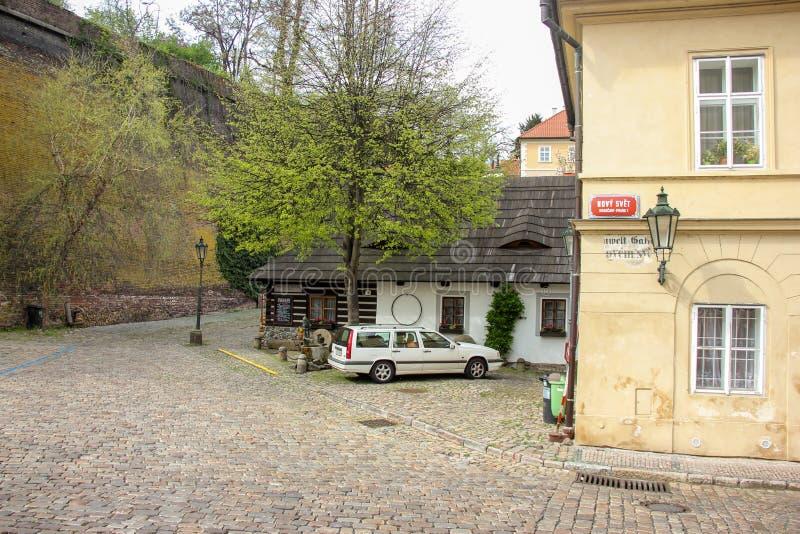 Το παλαιό μεσαιωνικό στενό η οδός και τα μικρά αρχαία σπίτια σε Novy Svet, περιοχή Hradcany στοκ εικόνα με δικαίωμα ελεύθερης χρήσης