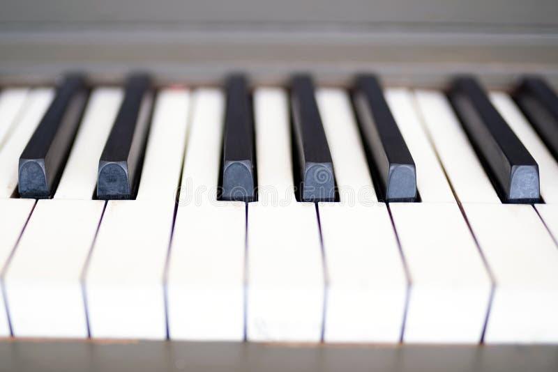 Το παλαιό πιάνο κλειδώνει επάνω κοντά στοκ φωτογραφία με δικαίωμα ελεύθερης χρήσης