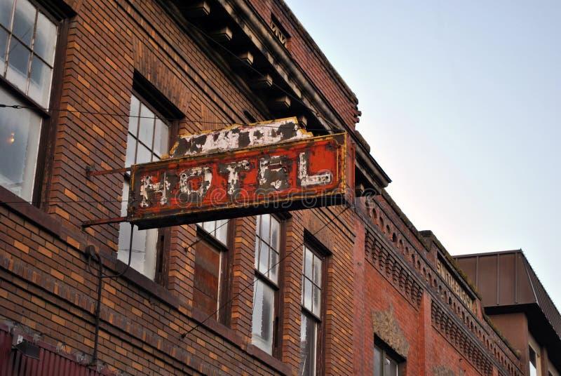 το παλαιό σημάδι ξενοδοχ&ep στοκ φωτογραφία με δικαίωμα ελεύθερης χρήσης