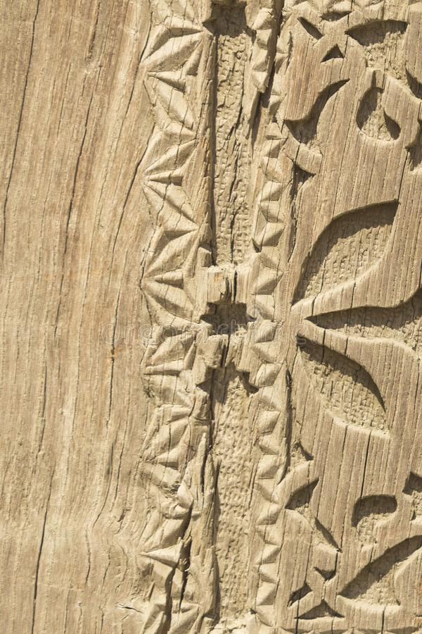 Το παλαιό σχέδιο του ξύλινου πλαισίου χαράζει το λουλούδι στο ξύλινο υπόβαθρο στοκ φωτογραφίες με δικαίωμα ελεύθερης χρήσης