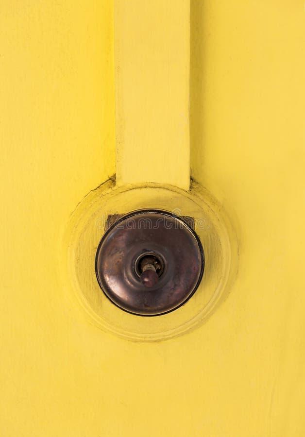 Το παλαιό φως ανάβει τον παλαιό ξύλινο τοίχο που το κίτρινο χρώμα απομονώνει στοκ εικόνες