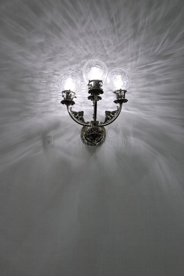 το παλαιό φως που επικολλήθηκε αποκατέστησε τον ενιαίο τοίχο στοκ φωτογραφία