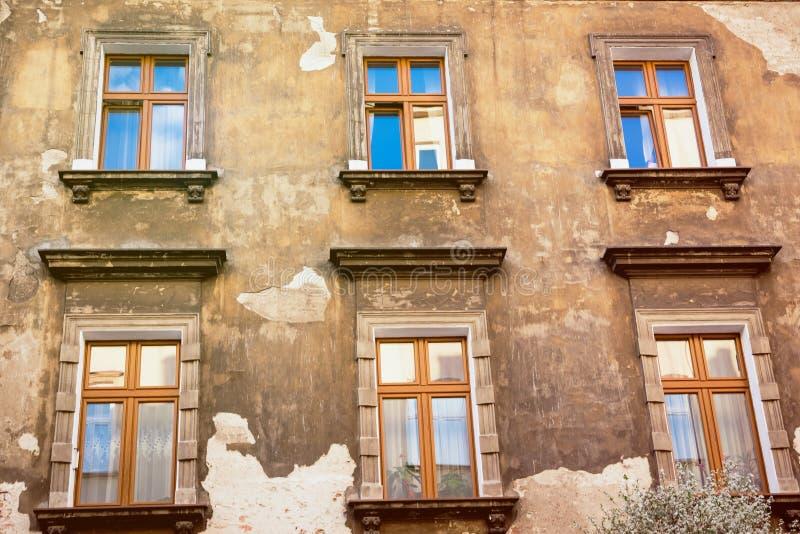 Το παλαιό shabby σπίτι Η αντανάκλαση του ουρανού στα παράθυρα στοκ φωτογραφία με δικαίωμα ελεύθερης χρήσης