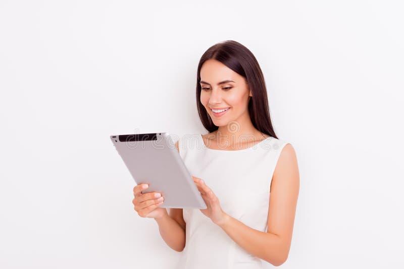 Το πανέμορφο νέο brunette κρατά το lap-top και κοιτάζει βιαστικά τις πληροφορίες για το ι στοκ εικόνες