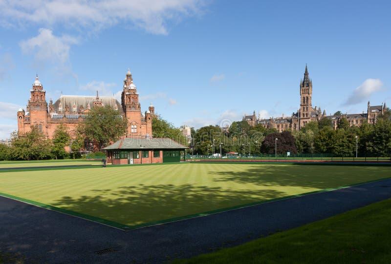 Το πανεπιστήμιο του γκαλεριού τέχνης της Γλασκώβης και Kelvingrove και μουσείο από το πάρκο Kelvingrove μια ηλιόλουστη ημέρα φθιν στοκ φωτογραφία με δικαίωμα ελεύθερης χρήσης
