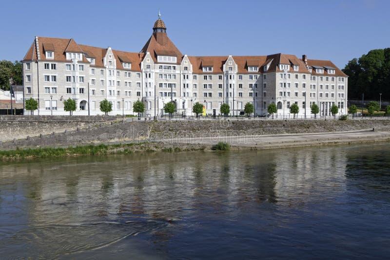 Το πανεπιστήμιο του Μπεζανσόν απεικονίζει στον ποταμό του Doubs στοκ φωτογραφίες