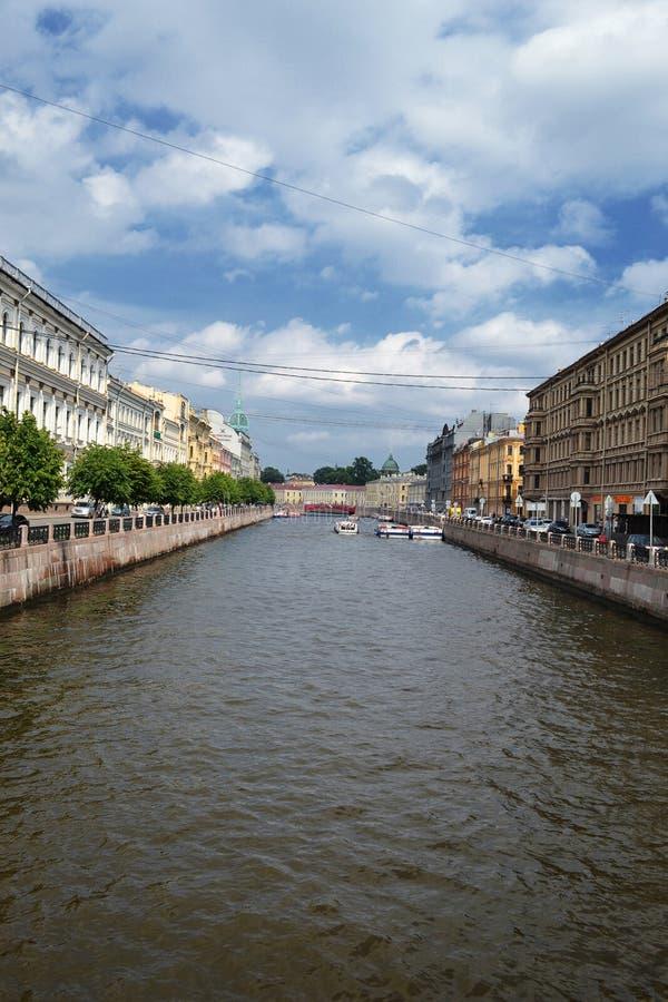 Το πανόραμα αναχωμάτων ποταμών Moyka προς την κόκκινη γέφυρα γέφυρα okhtinsky Πετρούπολη Ρωσία Άγιος στοκ εικόνες με δικαίωμα ελεύθερης χρήσης