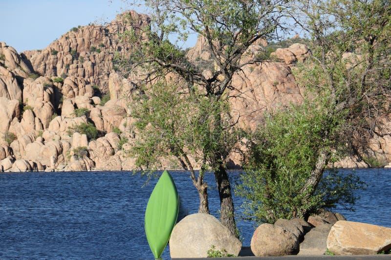 Το πανόραμα μιας μπλε λίμνης βουνών περιέβαλε αλλά ομαλοί βράχοι στοκ εικόνα με δικαίωμα ελεύθερης χρήσης