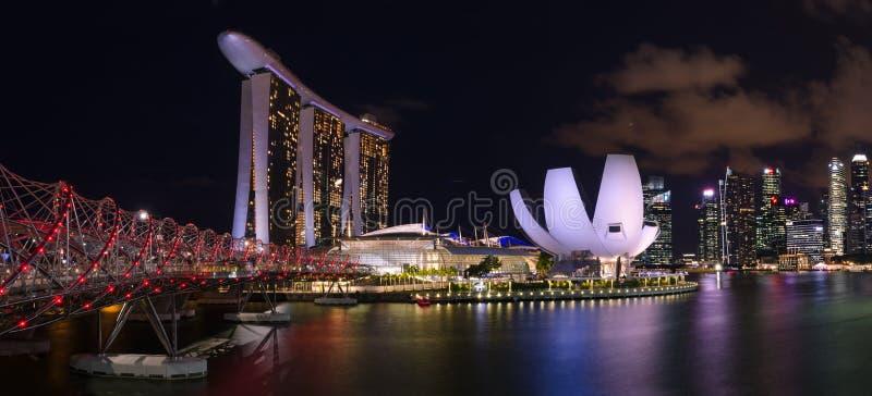 το πανόραμα νύχτας του κόλπου μαρινών στρώνει με άμμο το ξενοδοχείο και το μουσείο επιστήμης τέχνης στη Σιγκαπούρη στοκ εικόνες