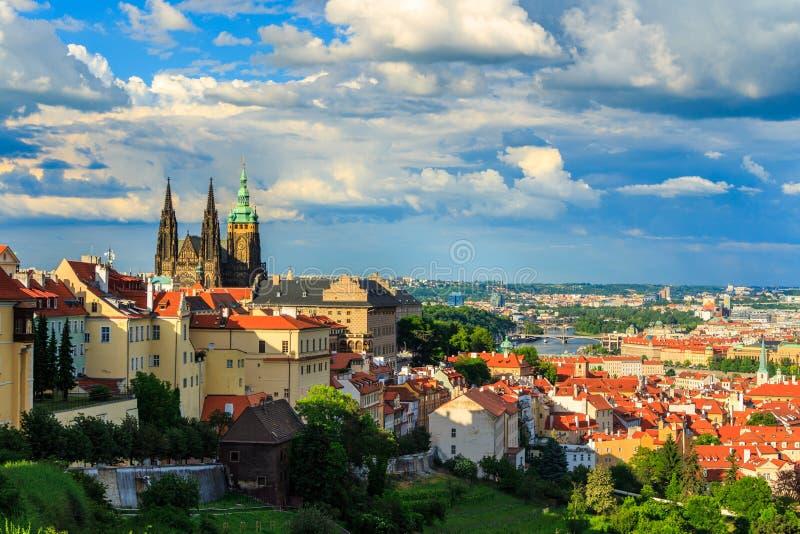 Το πανόραμα της Πράγας από Petrin καλλιεργεί, του καθεδρικού ναού του Castle και του ST Vitus ορατού του αριστερού, γέφυρες στοκ φωτογραφία με δικαίωμα ελεύθερης χρήσης