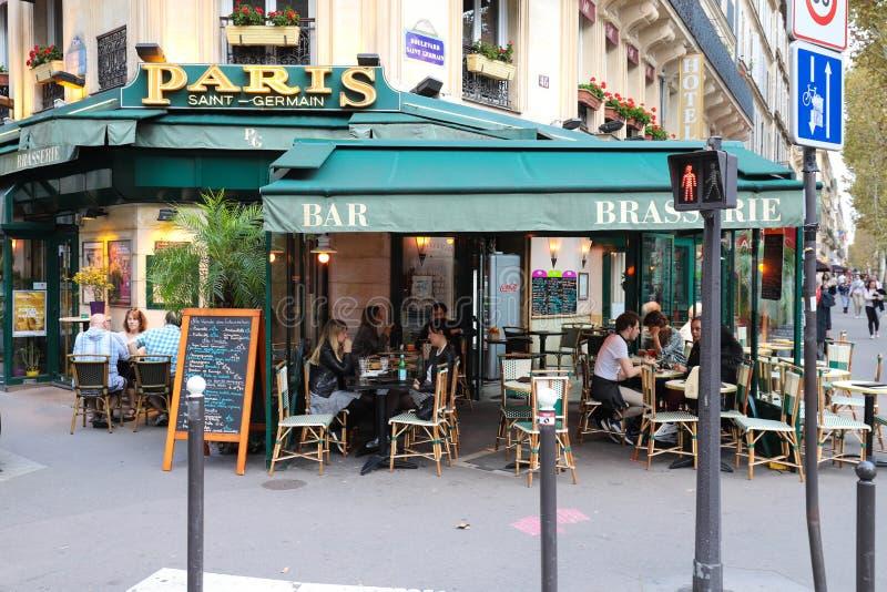 Το Παρίσι Άγιος Ζερμαίν είναι ένας χαρακτηριστικός παρισινός καφές που βρίσκεται στη λεωφόρο Αγίου Ζερμαίν στο Παρίσι, Γαλλία στοκ εικόνα με δικαίωμα ελεύθερης χρήσης