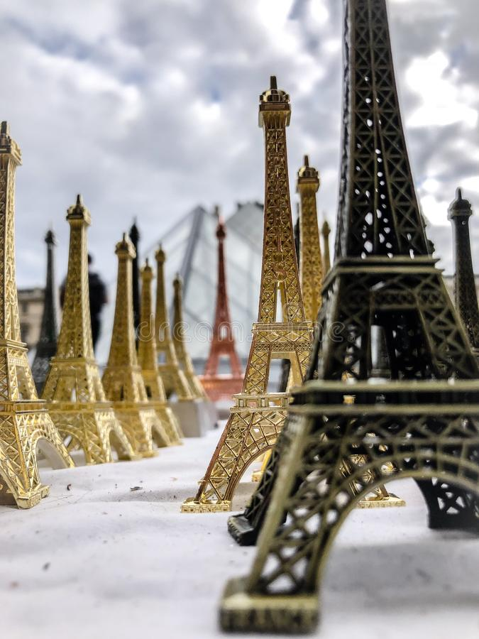 Το Παρίσι, Γαλλία, μπορεί 30ος, το 2019, αναμνηστικά του πύργου του Άιφελ στοκ εικόνες