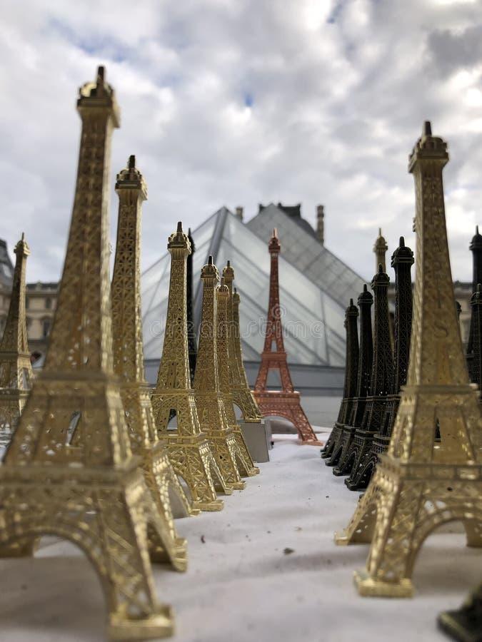 Το Παρίσι, Γαλλία, μπορεί 30ος, το 2019, αναμνηστικά του πύργου του Άιφελ στοκ φωτογραφία