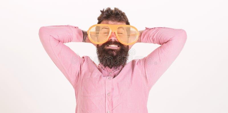 Το παραθυρόφυλλο ένδυσης Hipster σκιάζει τα εξαιρετικά μεγάλα γυαλιά ηλίου Ο γενειοφόρος γίγαντας ένδυσης τύπων ατόμων τα γυαλιά  στοκ εικόνες με δικαίωμα ελεύθερης χρήσης