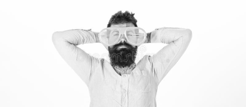 Το παραθυρόφυλλο ένδυσης Hipster σκιάζει τα εξαιρετικά μεγάλα γυαλιά ηλίου Ο γενειοφόρος γίγαντας ένδυσης τύπων ατόμων τα γυαλιά  στοκ φωτογραφία με δικαίωμα ελεύθερης χρήσης