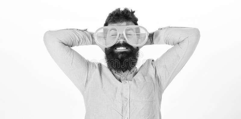 Το παραθυρόφυλλο ένδυσης Hipster σκιάζει τα εξαιρετικά μεγάλα γυαλιά ηλίου Ο γενειοφόρος γίγαντας ένδυσης τύπων ατόμων τα γυαλιά  στοκ φωτογραφίες