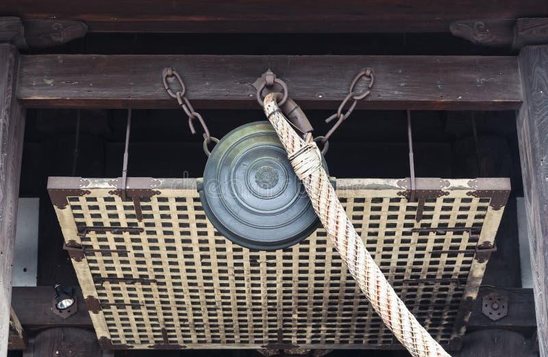 Το παραδοσιακό αρχαίο κουδούνι χαλκού στα ιαπωνικά λάμπει στοκ εικόνες