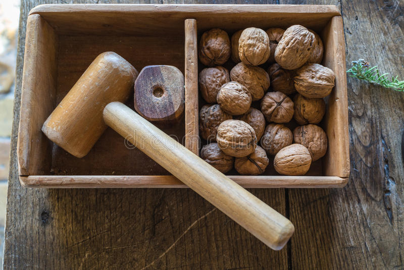 Το παραδοσιακό ξύλινο σφυρί κτυπά τα ξύλα καρυδιάς στον ξύλινο πίνακα στοκ φωτογραφία με δικαίωμα ελεύθερης χρήσης