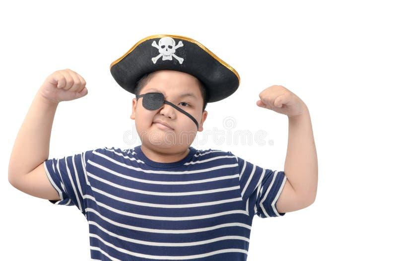 Το παχύ αγόρι που φορά ένα κοστούμι πειρατών παρουσιάζει μυ στοκ εικόνες