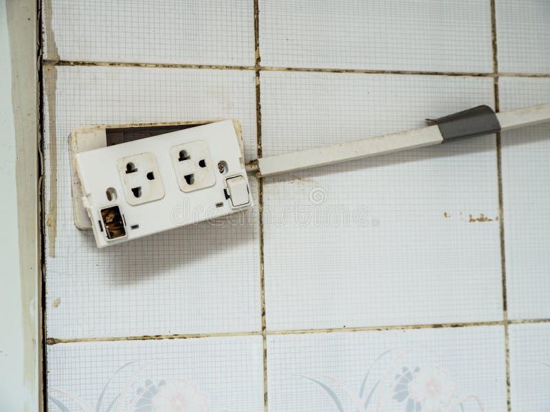 Το παλαιό βούλωμα και η επιδείνωση του διακόπτη δύναμης το καθιστούν επικίνδυνο να χρησιμοποιήσουν Και προκαλέστε μια πυρκαγιά στοκ εικόνες