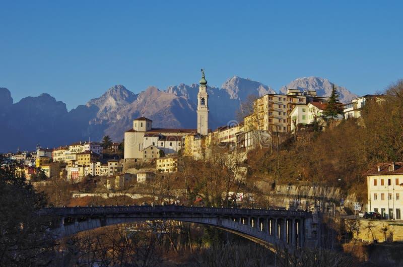 Το παλαιό κέντρο Belluno μεταξύ των δολομιτών στοκ φωτογραφία