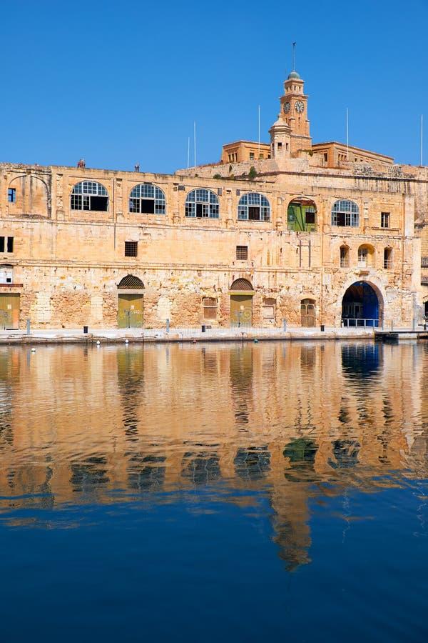 Το παλαιό κτήριο αποβαθρών στην προκυμαία Bormla (Cospicua) Μάλτα στοκ εικόνα με δικαίωμα ελεύθερης χρήσης