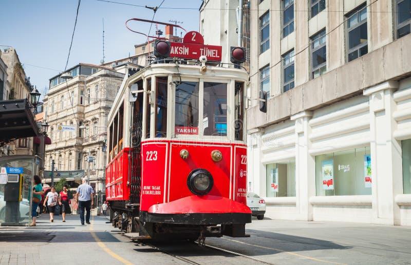 Το παλαιό κόκκινο τραμ πηγαίνει στην οδό Istiklal στη Ιστανμπούλ στοκ φωτογραφία με δικαίωμα ελεύθερης χρήσης