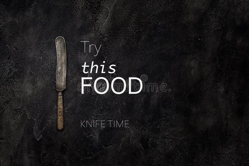 Το παλαιό μαχαίρι grange στο σκυρόδεμα με το κείμενο δοκιμάζει αυτήν την τοπ άποψη τροφίμων στοκ φωτογραφία με δικαίωμα ελεύθερης χρήσης