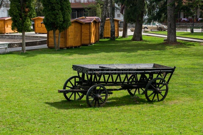 Το παλαιό μαύρο ξύλινο βαγόνι εμπορευμάτων στοκ εικόνες