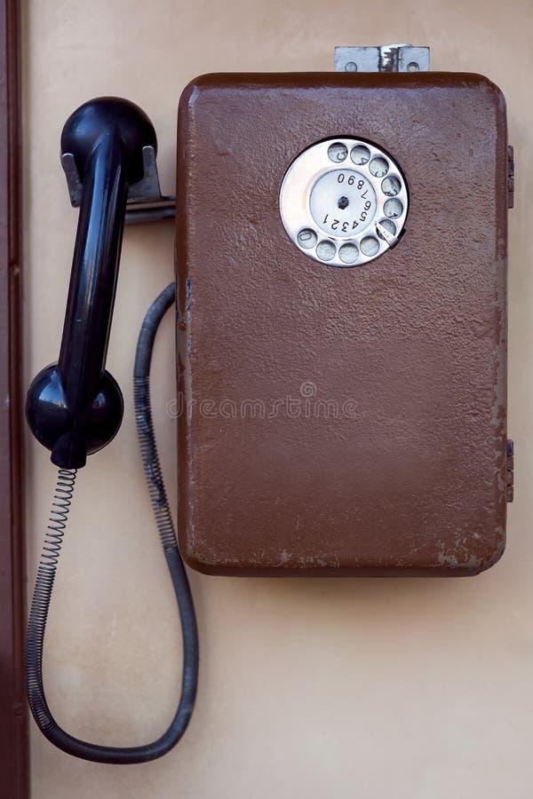 Το παλαιό τηλέφωνο οδών κερματοδεκτών στοκ φωτογραφία με δικαίωμα ελεύθερης χρήσης