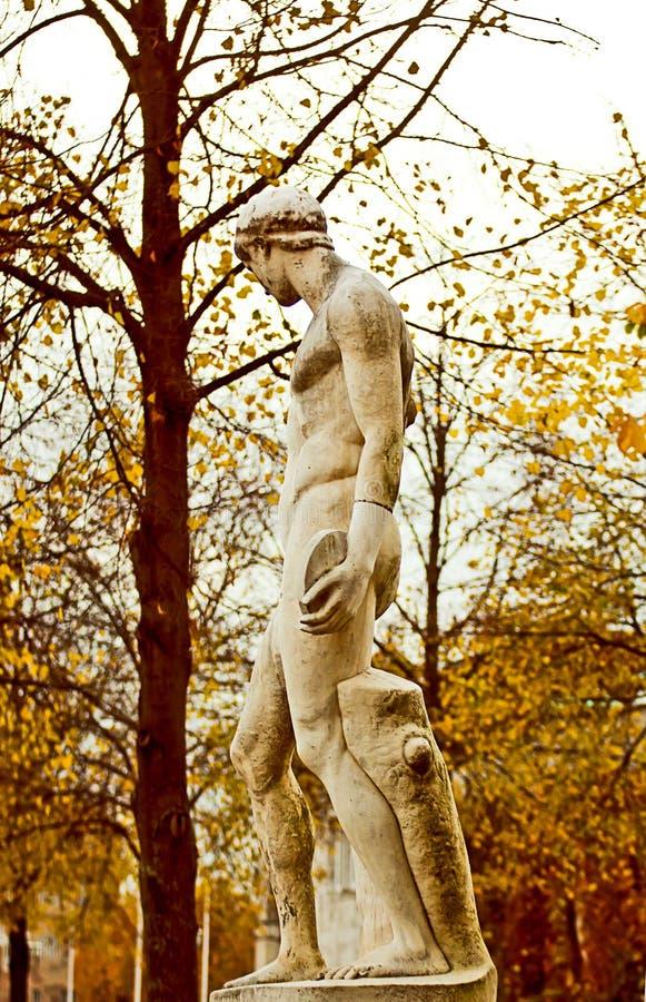 Το παλαιό thrower discus άγαλμα σταθμεύει δημόσια στοκ φωτογραφία
