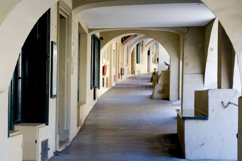 Το πεζοδρόμιο κάτω από τα arcades στη Βέρνη στοκ εικόνα με δικαίωμα ελεύθερης χρήσης