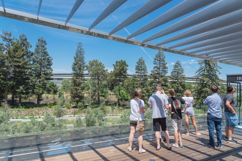 Το πεζούλι στεγών χαρακτηρίζει μια μοναδική άποψη του πάρκου της Apple και του ro του στοκ φωτογραφίες