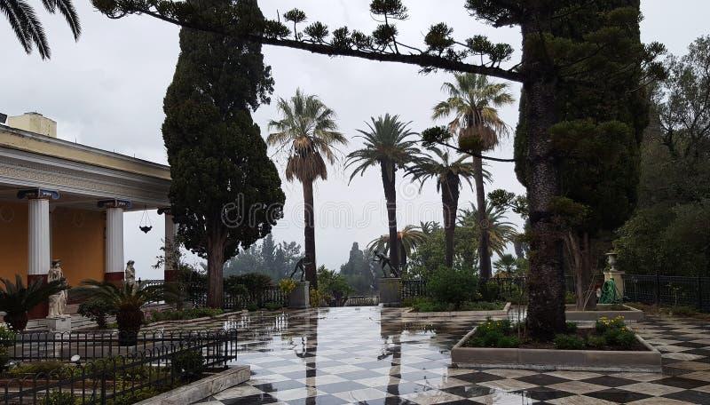 Το πεζούλι στον κήπο στο παλάτι Achilleion, στο νησί της Κέρκυρας, Ελλάδα στοκ φωτογραφίες