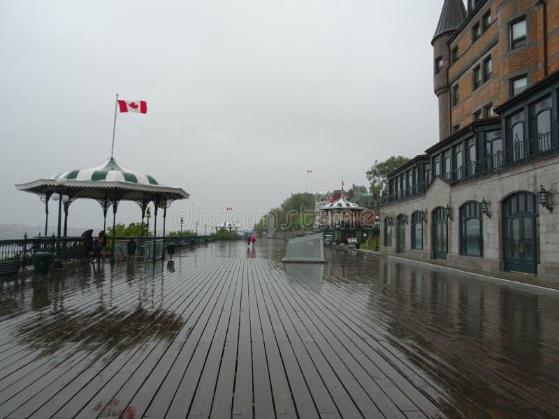 Το πεζούλι Dufferin στη βροχή στην πόλη του Κεμπέκ στοκ φωτογραφίες