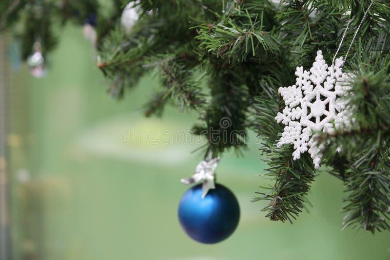 Το πεύκο Χριστουγέννων ντεκόρ διακλαδίζεται παιχνίδια Χριστουγέννων στοκ φωτογραφίες
