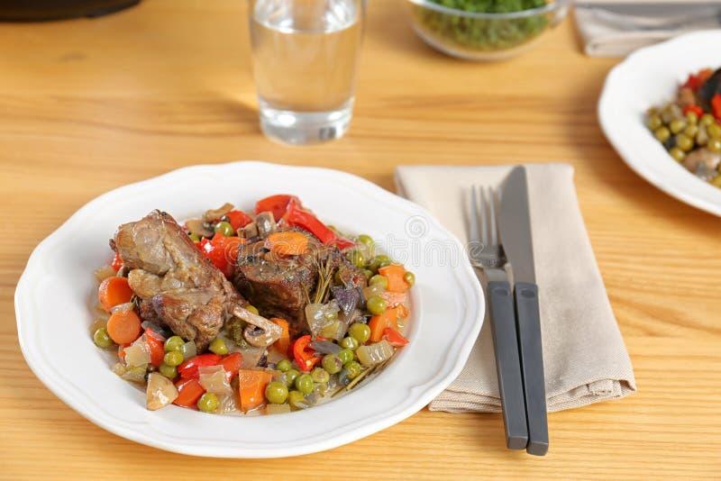 Το πιάτο με το κρέας και διακοσμεί προετοιμασμένος στην πολυ κουζίνα που εξυπηρετείται στοκ εικόνα με δικαίωμα ελεύθερης χρήσης