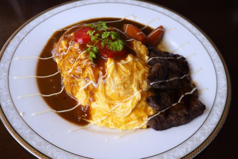 Το πιάτο υπογραφών με το ρύζι με τα αυγά πυκνώνει στοκ εικόνα