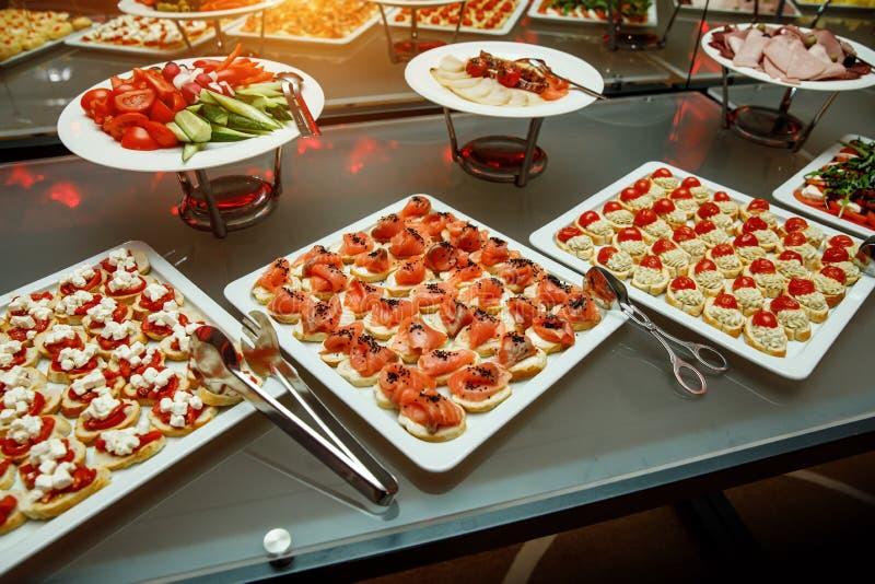το πιάτο dof συμποσίου έστρεψε ένα εστιατόριο ρηχό Διάφορες λιχουδιές, πρόχειρα φαγητά στο γεγονός gala στοκ φωτογραφία με δικαίωμα ελεύθερης χρήσης